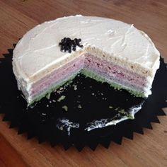 Regenboogtaart suiker en kleurstofvrij Sinds ik suikervrij leef is het voor mij een dingetje… Een taart te bakken die én een lust voor het oog is én lekker, ook voor de niet suikervrije me