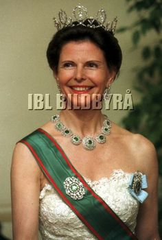 1998 The Bernadotte emerald parure consists of parts of a former belt of a gala uniform which belonged to the first Bernadotte King; what used to be the belt buckle is now the large brooch of the parure.  Following the same �dog-not-horse� logic, the earrings of the Leuchtenberg sapphire parure are suddenly nothing but hairpins...   The emerald necklace by the way seems to have been shortened by Queen Silvia by a cluster or two around the mid-1990s