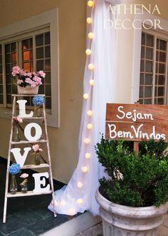 Decoração entrada do salão! Escada, letras, love, garrafinhas e plaquinha diy. decoração vintage.