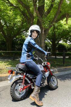 画像: モンキーってプライマリーキックじゃないから、クラッチを握ったままだと、クランクシャフトが回せなくてスカッとなっちゃうんだよ。だからクラッチを離さないとエンジンがかからないよ Lady Biker, Biker Girl, Honda Legend, Classic Japanese Cars, Motorbike Design, Minibike, Monkey Girl, Drift Trike, Vintage Motocross