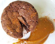 tortini di cioccolato con il cuore morbido e salsa mou, senza glutine, latticini