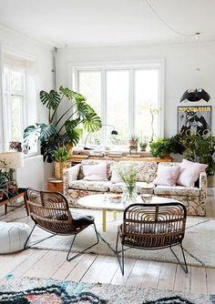 modernt vardagsrum med massor av gröna växter / sfgirlbybay