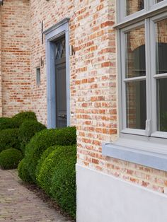 House in Belgium, style of De Kempen, a Belgian region, local material like stone from the region is used. Modern Farmhouse Exterior, Farmhouse Style, Victorian Townhouse, Farmhouse Kitchen Island, Belgian Style, Barn Lighting, House Front, Exterior Design, Beautiful Homes