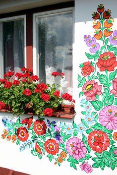 Découvrez le village de Zalipie en Pologne et ses beaux motifs floraux traditionnels. Les motifs folk sont tellement à la...