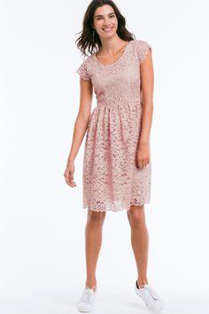 Ellos Collection Fodrad spetsklänning Fin spetsklänning med liten fjärilsärm. Normal passform med figurnära överdel och vidare kjol. Foder, utom i ärmarna. Längd ca 95 cm i stl 38.