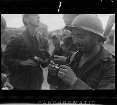 Soldados republicanos liando cigarros. (Gerda Taro.)