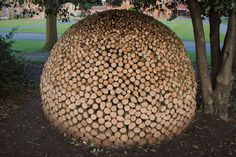 My dad builds up a wood pile in his backyard every year in preparation for winter but it looks nothing like these wood pile art. A wood pile is supposed to Outdoor Firewood Rack, Firewood Logs, Firewood Storage, Stacking Firewood, Stacking Wood, Satisfying Pictures, Oddly Satisfying, Satisfying Video, Tachisme