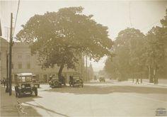Automóveis em frente a Faculdade Nacional de Direito da Universidade Federal do Rio de Janeiro e arredores da Praça da República. Anos 1930. Arquivo Nacional. Fotografias Avulsas. BR_RJANRIO_O2_0_FOT_184