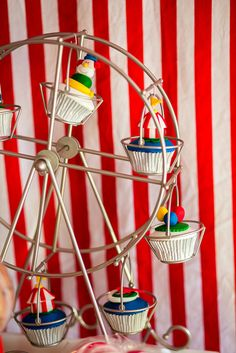 Cute cupcakes on a ferris wheel at a Circus Party #circus #partycupcakes