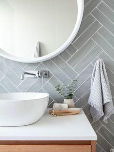salle de bain lumineuse mur gris perle miroir rond lavabo ovale blanc Modern Room, Modern Bathroom, Small Bathroom, Bedroom Modern, Trendy Bedroom, Modern Shower, Bathroom Plants, Grey White Bathrooms, Seashell Bathroom