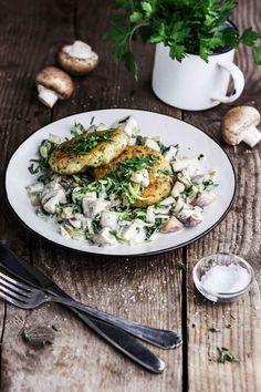 Vegane Semmelknödel aus der Pfanne mit Pilzragout. Schnell und einfach zu kochen. Ein typisch österreichisches Gericht, neu interpretiert und vegan