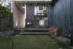 The Collage House is a gorgeous upcycled house in Mumbai. Designed by S+SP Architects, the house cleverly reuses old windows and doors as building materials Cabinet D Architecture, Residential Architecture, Interior Architecture, Recycled Door, Recycled House, Recycled Materials, Mumbai, India House, Eco Friendly House