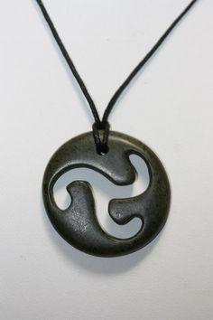 Collier stéatite noir style celtique . : Collier par kasab