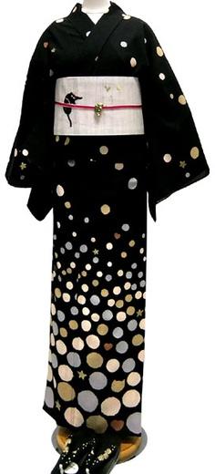 telling a story on your clothes . das dünne rote Bändchen zu dem schwarz-weißen Kimono