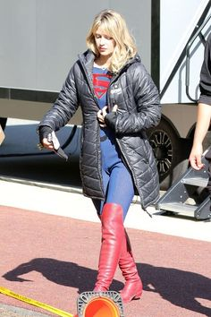 Melissa Benoist – On the set of 'Supergirl' in Vancouver Melissa Supergirl, Melissa Marie Benoist, The Cw, American Actress, Cosplay Costumes, Superman, Dc Comics, Winter Jackets, Singer