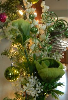 Old and new Christmas decor Elegant Christmas, Green Christmas, Xmas, Christmas Tree Themes, Christmas Centerpieces, Christmas Ideas, Pear Trees, Holidays And Events, All The Colors