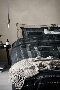Parure de couette lit double en fil de percale de coton fin au tissage serré avec motif imprimé. Housse fermée par boutons-pression métalliques dissimulés à