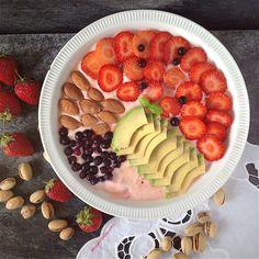 My Casual Brunch: Papas de aveia com fatias de abacate e morangos