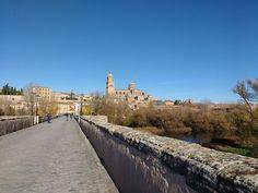 Nos despedimos de Salamanca con esta bonita imagen de la Catedral desde el Puente Romano