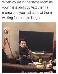 Quand tu es dans la même pièce que ton/ta pote et que tu lui texte un meme, puis tu le/la fixe du regard en attendant qu'il/elle rigole
