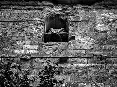 Los avatares del destino quisieron que estas sencillas tierras, tuvieran interes estrategico durante la guerra civil española, sus gentes y sus casas sufrieron el horror de la guerra en toda su intensidad, hace 78 años,exactamente los dias 19 y 20 de noviembre de 1936. La iglesia de este pequeño pueblo, y sus cicatrices son las que podeis ver en las fotos,como testimonio de una historia que jamas debio suceder. Espinosa de Bricia,Cantabria, España