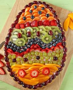 This Easter Egg Fruit Pizza recipe is perfect for Easter brunch or dessert! With a sugar cookie crust, strawberry cream cheese, and lots of fresh fruit. Easter Brunch, Easter Party, Easter Dinner Ideas, Easter Gift, Holiday Treats, Holiday Recipes, Holiday Drinks, Desserts Ostern, Easter Treats