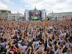 I LOVE MY BERLIN!!! ICH BIN EIN BERLINER <3 At the Fan Party in front of the Brandenburger Tor!!! Hunderttausende Menschen empfingen die deutsche Nationalmannschaft.  © dpa - Deutsche Presse-Agentur GmbH / Michael Kappeler