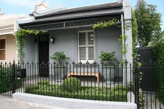 Simple, elegant landscaping of a little single fronted cottage in Melbourne//Ben Scott Garden Design Melbourne (terrace house architecture) Victorian Cottage, Victorian Terrace, Victorian Homes, Victorian Front Garden, Terraced House, Design Exterior, Exterior Colors, Black Exterior, Garden Design