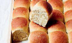 Store bededag spiser vi traditionen tro varme hveder. Og du kan sagtens bage de lækre hvedeknopper selv. her får du Claus Meyers lækre opskrift på lækre lune hveder - mums!