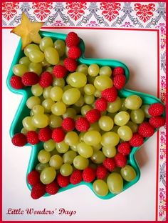 cute christmas tree fruit platter for healthy holiday snack - just get a christmas tree shaped tray and fill with green grapes, raspberries, and a starfruit.