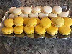 """Η Εκτέλεση είναι από κ.  Marina Beleri Dhima  – """"Μαγειρικές Ανησυχίες (George Chatzigiatroudakis)"""".    Υλικά   235 γρ αλεύρι αμυγδάλου  350 γρ ζαχαρι άχνη  195 γρ ασπράδι αυγού ( περίπου 6 μεγάλα αυγά )  90 γρ ζαχαρι την Dessert Recipes, Desserts, Hot Dog Buns, Macarons, Muffin, Hamburger, Eggs, Sweets, Sugar"""
