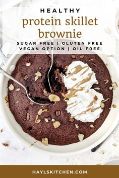 A rich, fudgy and insanely good Protein Skillet Brownie that's actually healthy! Sweetened with protein powder and moistened with Greek yogurt, this protein brownie skillet is gluten free, has no sugar, no oil, no butter and no eggs either! A Vegan option too. Chocolate Protein Balls, Healthy Chocolate Desserts, Protein Desserts, Chocolate Muffins, Chocolate Treats, Protein Snacks, Chocolate Recipes, Baking With Protein Powder, Protein Powder Recipes
