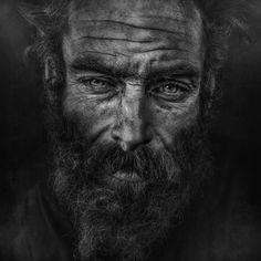 Lee Jeffries, contable de profesión dedica su pasión por la fotografia a captar con su cámara uno de los mayores problemas de la humanidad, las personas sin hogar