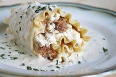 white chicken lasagne roll ups with alfredo sauce food Chicken Lasagna Rolls, White Chicken Lasagna, White Lasagna, Italian Chicken, New Recipes, Cooking Recipes, Favorite Recipes, Yummy Recipes, Recipies