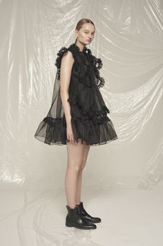 Cecilie Bahnsen operates at the intersection of couture and ready-to-wear to create luxury clothing with a relaxed, timeless style. Fashion Week, High Fashion, Fashion Show, Fashion Outfits, Fashion Design, Style Haute Couture, Couture Fashion, Runway Fashion, Costume Design