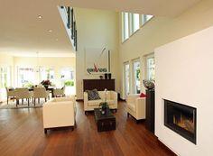Wohnzimmer und Kaminofen mit darüber liegender Galerie