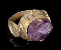 A SELJUK AMETHYST SET GOLD RING, IRAN, 13TH CENTURY