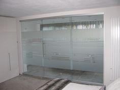 Avery Dusted Glass streepjes folie in een badkamer.