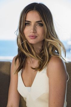 Ana de armas styleThe 19 Most Surprising Celebrity Hair Transformations Jennifer Love Hewitt Frisuren L Beautiful Female Celebrities, Beautiful Actresses, Beautiful Eyes, Most Beautiful Women, Girl Face, Belle Photo, Pretty Hairstyles, Beauty Women, Hair Beauty
