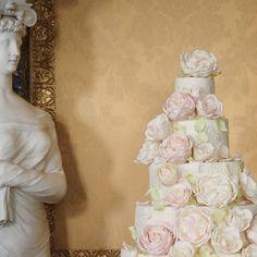 Muitas flores... Por @rosalindmillercakes #matrimonio #mesadedoces #noiva #noivas #noivinha #noiva2015 #noiva2016 #noivinhas #noivaclassica #noivarealizada #noivasdobrasil #brida #bride #bridal #brides #bridestyle #voucasar #cake #chic #casar #cakeink #casório #casamento #casamentos #cakeflowers #luxodefesta #instabride#flowers #docesdeluxo by noivadossonhosjr