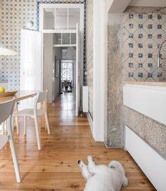 rar.studio e a combinação perfeita para um apartamento do século XIX em Lisboa: concreto aparente azulejos oitocentistas originais madeira e pé direto confortável! #rarstudio #lisboa #cerâmica #wood #home #concrete #homedecor #lisbon #artlovers #designideas #ceramic #creative #concretedesign #decoration #kitchendecor #kitchenware #tile #deco #cozydecor #decor #tileaddiction #oldbuilding #homewares #designlovers #cozy #design #cool #toinspire #inspiração #casacoral by casa.coral
