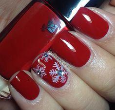 Christmas nails by noemihk of Instagram.