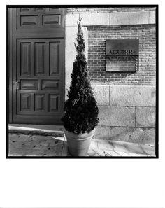 AGUIIRE NEWMAN Headquarters, Madrid. © Ana Muller, fotográfo. allende arquitectos 1999-2002 Open House Madrid, Garage Doors, Outdoor Decor, Home Decor, Architects, Decoration Home, Room Decor, Home Interior Design, Carriage Doors