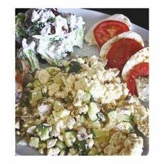 En god omgang træning er klaret, et langt bad er taget og en lækker frokost er nu blevet lavet. Det er muligvis en mærkelig kombination, men den var nu proteinrig og meget velsmagende! Mozzarella og tomat, æg med squash, løg og champignon samt en broccolisalat bestående af broccoli, rødløg, rosiner og skyr  #Padgram