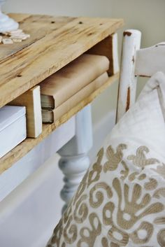 Here's an easy way to repurpose and reuse old pallets. Add a pallet top to a table base for an easy desk project. Make a pallet desk from pallet wood. Diy Furniture Projects, Pallet Furniture, Home Projects, Building Furniture, Furniture Design, Pallet Crafts, Pallet Projects, Diy Pallet, Outdoor Pallet
