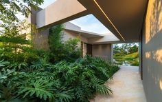 La Laguna House / David Macias Completed in 2019 in Villeta Colombia. Images by Daniel Segura. In this challenge the house is located on a steeply sloping terrain in a warm climate. The topographic staging is sought to take full advantage of. Interior Architecture, Interior And Exterior, Interior Design, Decks, L Shaped House, Landscape Solutions, Pergola, Infinity Pool, Courtyard Pool