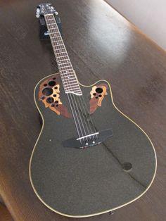 全体の様子です。黒ラメの塗装が特徴的で美しいギターです。ギターピロウ(ネックを支えている台)はオークションには含みません。