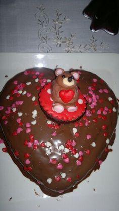 Torta de corazón de chocolate y osito