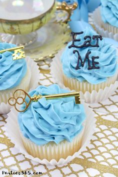 """These simple DIY cupcake toppers are perfect for your Alice in Wonderland theme party! The gold key and """"Eat Me"""" decorations are easy ideas to make your party food whimsical and fun for all ages! Alice In Wonderland Food, Alice In Wonderland Cupcakes, Alice In Wonderland Tea Party Birthday, Alice Tea Party, Diy Cupcake, Cupcake Toppers, Tatto Alice, Diy Wedding Cupcakes, Wedding Cakes"""