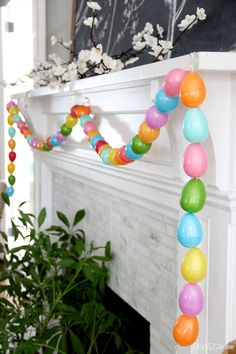This spring chalkboard mantel is the focal point of this living room. Original chalkart of magnolia blossoms and birds with a DIY egg garland and plant. Plastic Easter Eggs, Easter Egg Crafts, Easter Bunny, Bunny Crafts, Hoppy Easter, Diy Osterschmuck, Diy Girlande, Easter Garland, Easter Wreaths